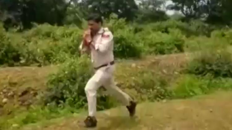 Policía corre con bomba para salvar a niños