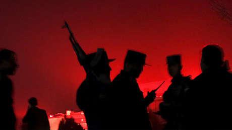 Un policía afgano vigila el lugar de una explosión en un área cercana a la embajada rusa en el oeste de Kabul, Afganistán.