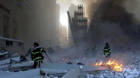 Bomberos trabajan en el lugar del derrumbe de las Torres Gemelas en Nueva York el 11 de septiembre de 2001.