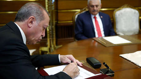 El presidente turco, Recep Tayyip Erdogan, da el visto bueno a las decisiones del Consejo Militar Supremo en el palacio presidencial en Ankara.