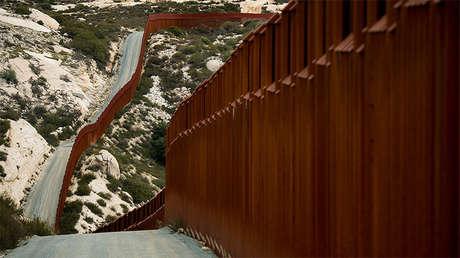 Sección de la frontera entre Tecate (México) y las tierras de California (EE.UU.) fotografiada en febrero de 2017 desde el sur.