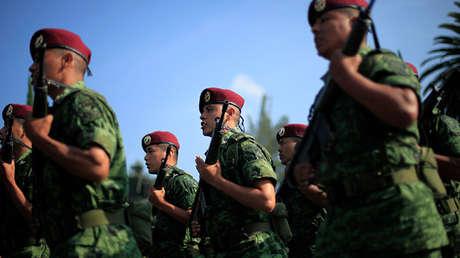 Soldados ensayan antes de un acto en la Ciudad de México el 10 de septiembre de 2010.
