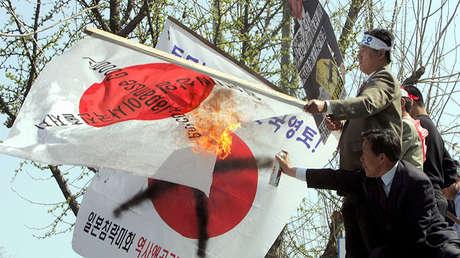 Surcoreanos en una protesta contra Japón, 13 de abril de 2005.