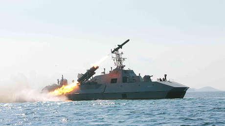 Una prueba de lanzamiento de misil desde un buque militar norcoreano difundida el 15 de junio de 2017 por la Agencia Central de Noticias de Corea.