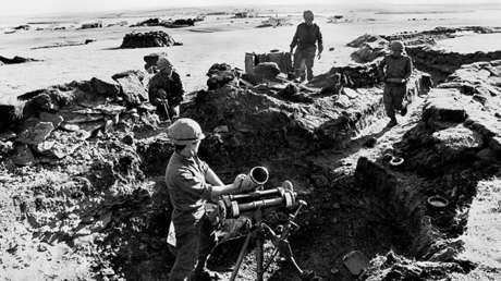 Los soldados argentinos colocan un mortero durante la Guerra de Malvinas entre Argentina y Gran Bretaña, en abril de 1982.