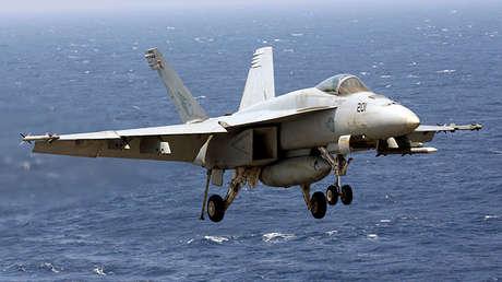Un F18 de la Marina de EE.UU. se prepara para aterrizar en el portaviones Carl Vinson, el 3 de marzo de 2017.