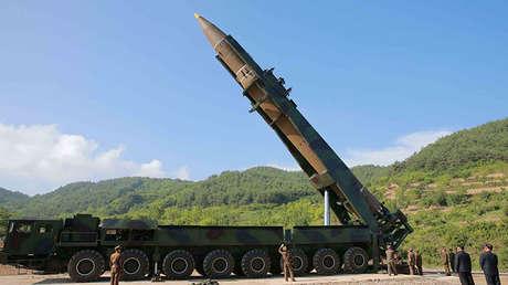 El misil balístico intercontinental de Corea del Norte Hwasong-14 en una imagen difundida por la Agencia Telegráfica Central de Corea el 4 de julio de 2017.
