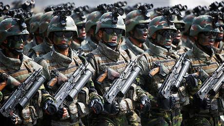 Soldados norcoreanos de las fuerzas especiales en un desfile militar en Pionyang, Corea del Norte, 15 de abril de 2017