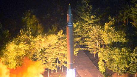 Corea del Norte prueba su misil balístico intercontinental Hwasong-14.
