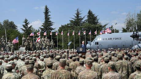 El vicepresidente de EE.UU., Mike Pence, pronuncia un discurso durante una reunión con soldados estadounidenses que participan en los ejercicios militares conjuntos Noble Partner 2017, dirigidos por la OTAN en la base militar de Vaziani, Georgia, el 1 de agosto de 2017.