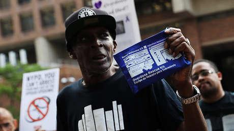 Un participante de la marcha de protesta contra la crisis de sobredosis de drogas convocada en Nueva York, EE.UU., el 10 de agosto de 2017.