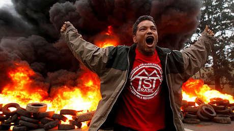 Un miembro del Movimiento de los Trabajadores Sin Techo (MTST) de Brasil reacciona durante una protesta contra el Presidente de Brasil, Michel Temer, en Sao Paulo, Brasil, el 2 de agosto de 2017.