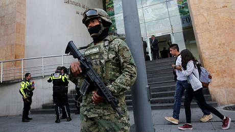 Un marine mexicano frente al edificio del Servicio Médico Forense en la Ciudad de México, 21 de julio de 2017