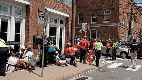 Personal de rescate asiste a los heridos tras el incidente con un coche que arrasó a la multitud en Charlottesville, Virginia, EE.UU., 12 de agosto de 2017.