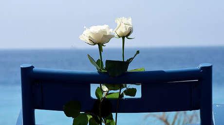 Las rosas blancas se colocan en una silla a lo largo de la 'Promenade des Anglais' como parte de las conmemoraciones del ataque del camión el 14 de julio de 2016 en ese lugar en Niza, Francia. 14 de julio de 2017.