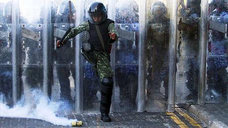 Un oficial del Ejército de Maldivas durante las protestas ocurridas el 8 de febrero de 2012.