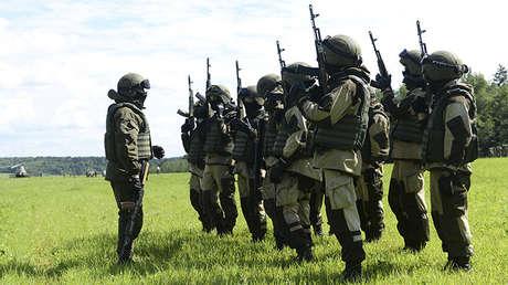 Soldados de las fuerzas especiales de la Guardia Nacional rusa durante unos ejercicios paracaidistas en un campo de entrenamiento en la región de Moscú, el 20 de julio de 2017.