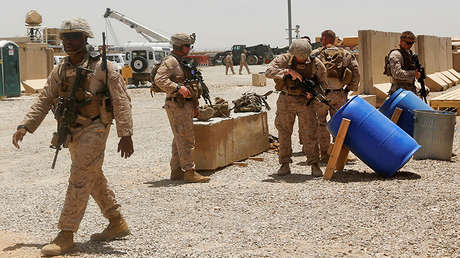 Marines de EE.UU. descargan sus armas tras un ejercicio conjunto con el Ejército Nacional Afgano.