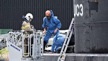 Técnicos policiales investigan el submarino privado Nautilus en el puerto de Copenhague, Dinamarca, el 13 de agosto de 2017.