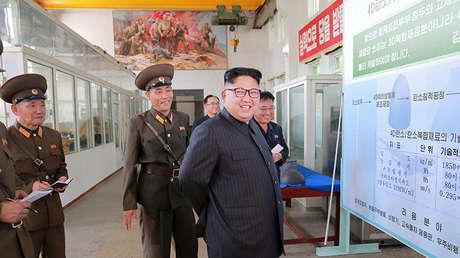 El líder de Corea del Norte, Kim Jong-un, en el Instituto de Materiales Químicos de la Academia de Ciencias de Defensa de Corea del Norte en Pionyang, el 23 de agosto de 2017.