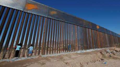 Varios niños juegan cerca del muro fronterizo, Sunland Park, Nuevo México, EE.UU., 18 de noviembre de 2016