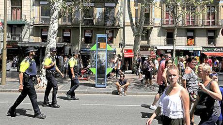 Un grupo de policías patrullando por una calle de Barcelona, Cataluña (España), el 18 de agosto de 2017.