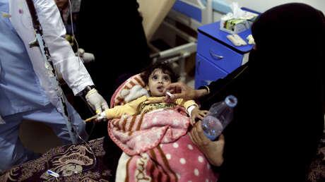 Una madre da a su hija un líquido rehidratante en un centro de tratamiento de cólera en Saná, Yemen, el 15 de mayo de 2017.