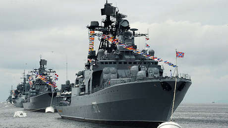 El gran buque antisubmarino Admiral Vinográdov en Vladivostok, Rusia.