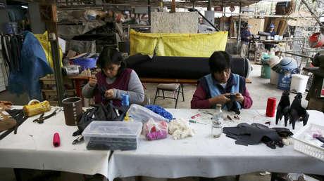 Un grupo de mujeres trabaja en un taller de juguetes de goma hechos con materiales reciclados, en Lima, Perú, el 16 de agosto de 2017.