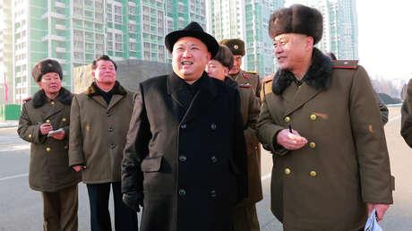 El líder norcoreano Kim Jong-un inspecciona una zona de construcción en la calle Ryomyong de Pionyang, en una foto publicada el 26 de enero de 2017.
