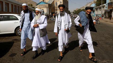 La gente después de las oraciones que marcan el final del mes sagrado del Ramadán, en Kabul, Afganistán, 25 de junio de 2017