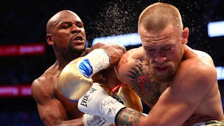 Floyd Mayweather golpea a Conor McGregor en la Arena T-Mobile, Las Vegas, Nevada, el 26 de agosto de 2017.