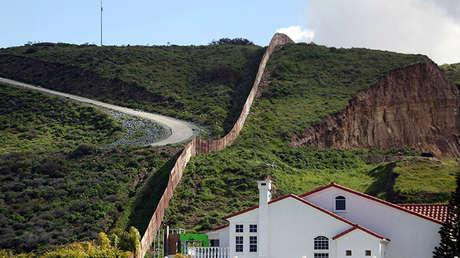Una casa junto a una sección de la valla fronteriza que separa México de EE.UU., Tijuana (México), el 28 de febrero de 2017.