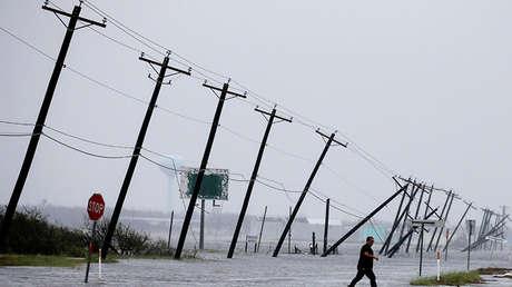 Un hombre camina por la carretera principal afectada por el huracán Harvey en Rockport, Texas, EE.UU., el 26 de agosto de 2017.
