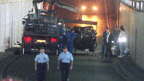La evacución del coche accidentado de la princesa Diana desde la túnel Pont de l'Alma en París el 31 de agosto de 1997.