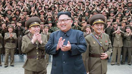 Kim Jong-un rodeado de militares