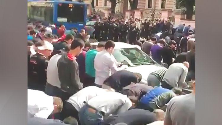 Musulmanes se reúnen frente a la Embajada de Birmania en Moscú en apoyo de los rohinyás (Video)