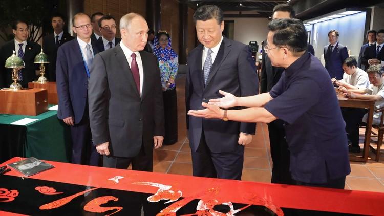 Xi Jinping regala a Vladímir Putin un escritorio artesanal (VIDEO)