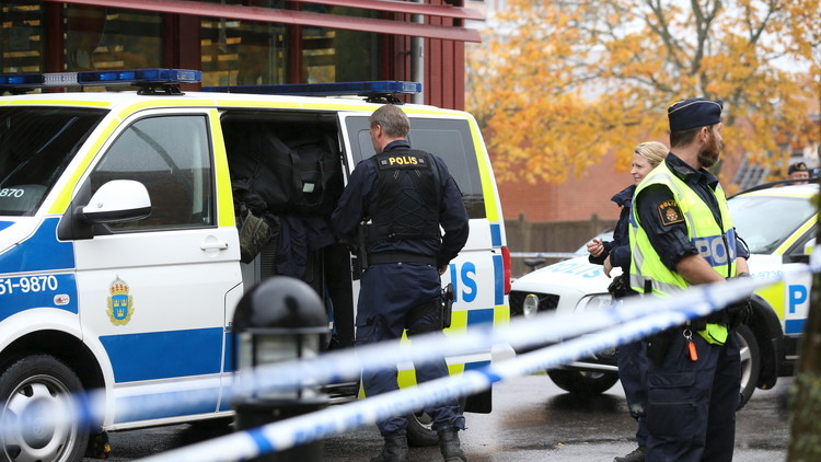 FOTOS: Arrestan a un hombre que amenazaba a una multitud con una espada en Suecia