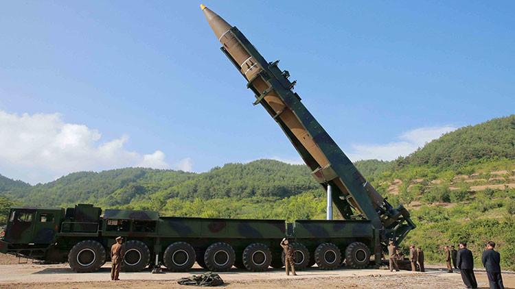 Corea del Norte traslada un misil balístico intercontinental hacia su costa occidental