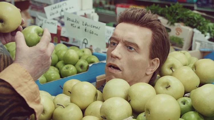 VIDEO: ¿Qué hace la cabeza de Schwarzenegger paseando sobre un mini-tanque por un supermercado?