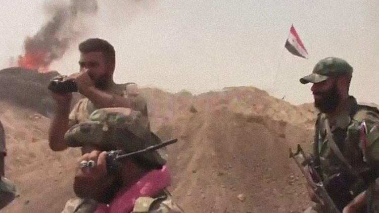 Video exclusivo: Soldados sirios se abrazan tras romper el cerco del Estado Islámico en Deir ez Zor