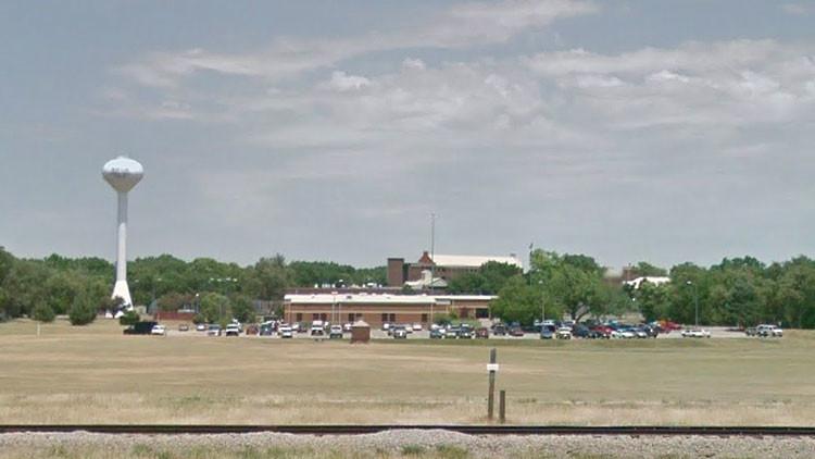 Estallan disturbios masivos en una cárcel de Kansas: edificios quemados y presos armados