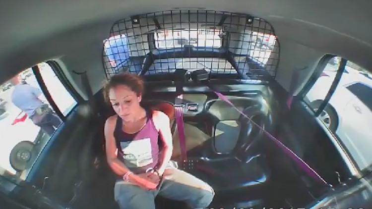 VIDEO: Una mujer detenida se quita las esposas y roba el patrullero