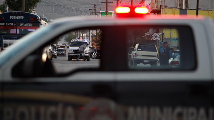 FUERTES IMAGENES: Sicarios asesinan a balazos a varios policías en una gasolinera de México