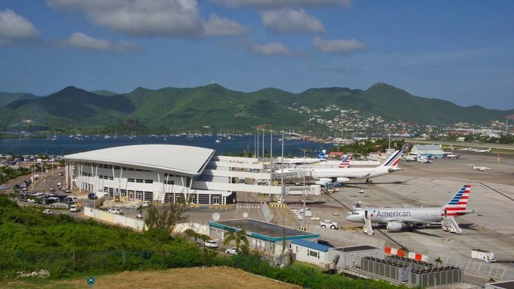 """Isla """"fuera de alcance"""": Reportan graves daños en el aeropuerto y puerto de San Martín"""