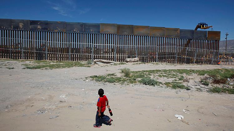 Un bebé gigante se asoma desde México a la frontera con EE.UU.