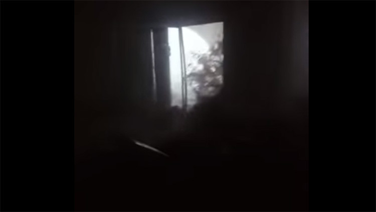 Escalofriante: Graba el momento en que Irma lanza una ola gigante sobre su casa  (Video)