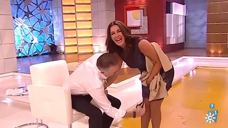 VIDEO: Un presentador le corta la falda a su compañera en directo en un canal público español