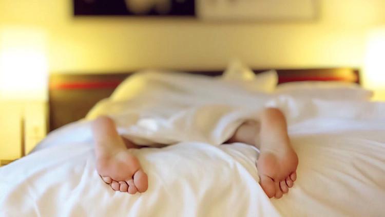 Halla en su cama a una mujer desnuda que entró en su casa a robar